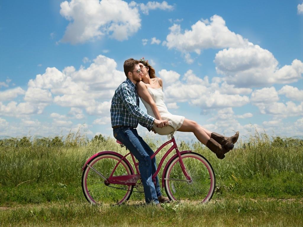 カップルで自転車に乗る